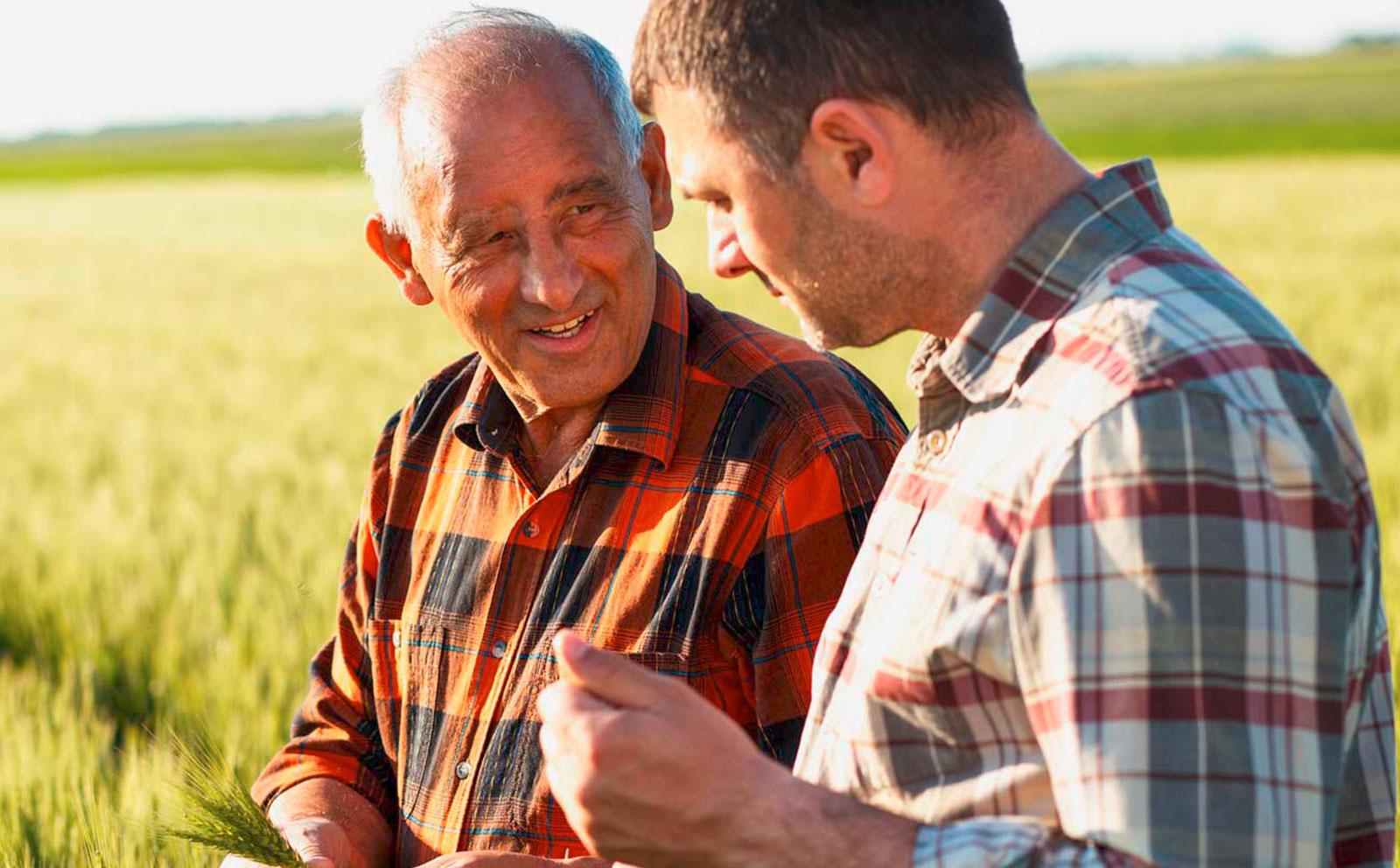 Zwei Männer auf dem Land, die ein Gespräch führen.